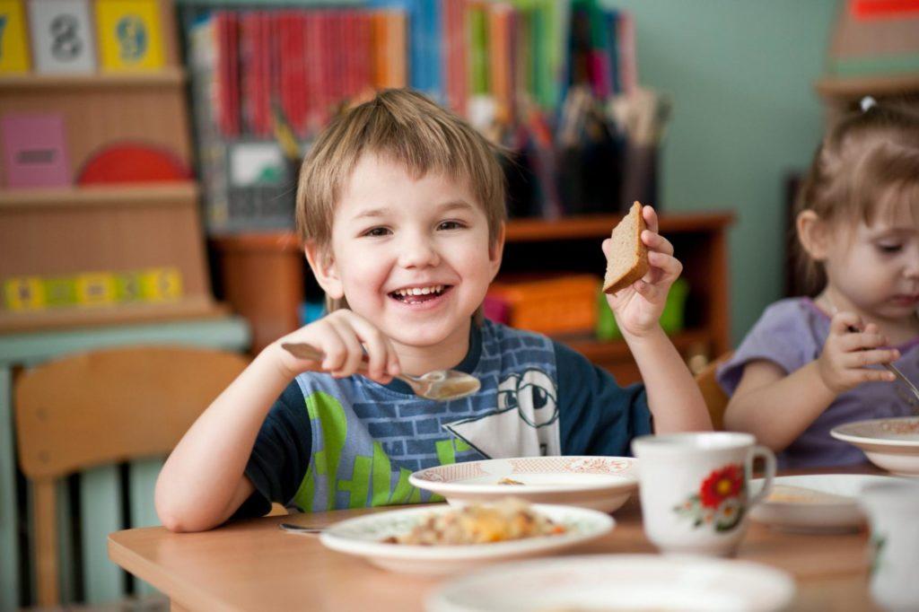 мальчик с хлебом на обеде