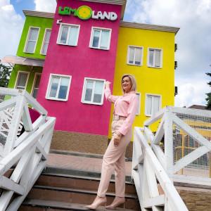 Меня зовут Екатерина Алехина, я руководитель частного детского сада LEMOLAND.